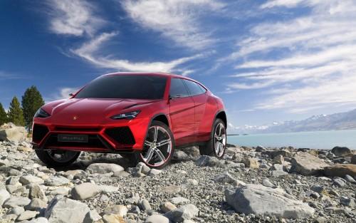 Lamborghini-URUS-SUV-lake-scenery.jpg